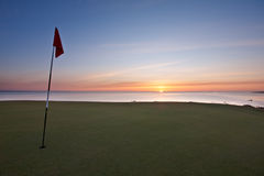 Nascer do sol sobre o mar de um verde do golfe Imagens de Stock