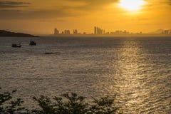 Nascer do sol sobre o mar no alvorecer adiantado Fotografia de Stock Royalty Free