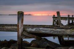 Nascer do sol sobre o molhe em Gotland imagens de stock