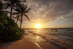 Nascer do sol sobre o oceano em Cancun méxico imagens de stock royalty free