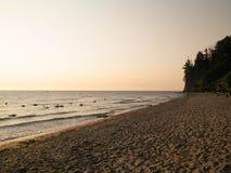 Nascer do sol sobre o penhasco de Orlowski e um Sandy Beach bonito pelo mar Báltico, Polônia fotografia de stock royalty free