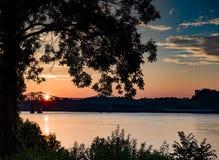 Nascer do sol sobre o rio imagem de stock royalty free