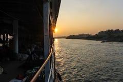Nascer do sol sobre o rio de Irrawaddy imagens de stock