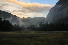 Nascer do sol sobre o vale de Yosemite com meia abóbada um EL Capitan Mounta imagens de stock