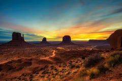 Nascer do sol sobre o vale do monumento, o Arizona, EUA Fotos de Stock Royalty Free