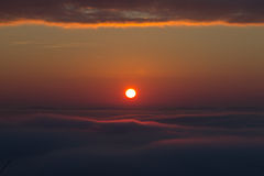 Nascer do sol sobre o vale nevoento Fotos de Stock Royalty Free