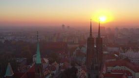 Nascer do sol sobre a opinião aérea do 'aw de WrocÅ e da catedral de John The Baptist filme