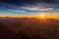 Nascer do sol sobre os cumes da montanha Fotos de Stock Royalty Free