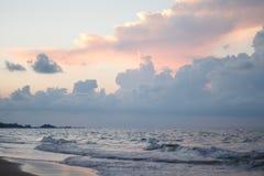 Nascer do sol sobre a praia Foto de Stock