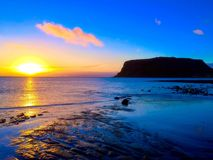 Nascer do sol sobre a praia de Godfreys com o ouro do azul de oceano de Stanley Tasmania Australia da porca Fotografia de Stock Royalty Free