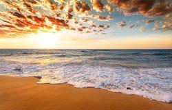 Nascer do sol sobre a praia tropical fotos de stock royalty free