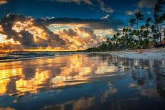 Nascer do sol sobre a rede de pesca 2 Paisagem da praia tropical da ilha do paraíso fotografia de stock