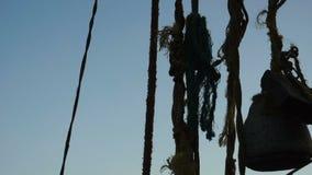 Nascer do sol sobre redes e o barco chineses de pesca em Cochin, Índia video estoque