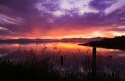 Nascer do sol sobre a represa com máscaras diferentes do rosa e da laranja Fotografia de Stock