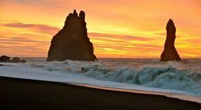 Nascer do sol sobre a rocha de Dyrholaey. Imagens de Stock