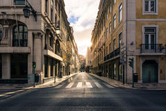 Nascer do sol sobre a rua no Euro histórico de Lisboa Portugal do centro da cidade fotos de stock royalty free