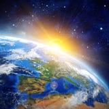 Nascer do sol sobre a terra Fotos de Stock Royalty Free