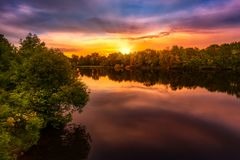 Nascer do sol sobre um lago Imagem de Stock