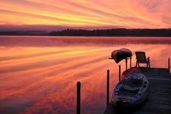 Nascer do sol sobre um lago new-hampshire Imagem de Stock