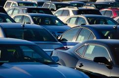 Nascer do sol sobre um lote de estacionamento embalado das vendas Imagens de Stock Royalty Free