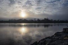 Nascer do sol sobre um rio na região de Amazonas, Peru foto de stock