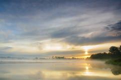 Nascer do sol sobre um rio selvagem enevoado Foto de Stock Royalty Free