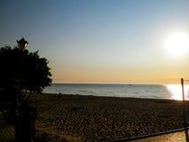 Nascer do sol sobre um Sandy Beach pelo mar Báltico, Polônia fotos de stock