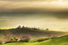 Nascer do sol sobre um vale de Tuscan Fotografia de Stock Royalty Free