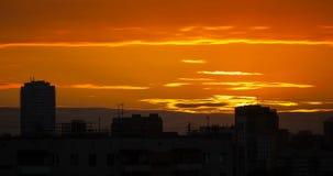 Nascer do sol sobre uma cidade grande vídeos de arquivo