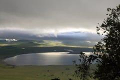 Nascer do sol sobre uma cratera nebulosa de Ngorongoro fotos de stock royalty free