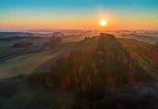 Nascer do sol sobre uma montanha e uma floresta - foto aérea imagem de stock