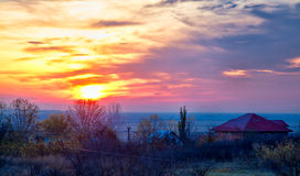 Nascer do sol sobre a vila de Stanca em Romênia Foto de Stock Royalty Free