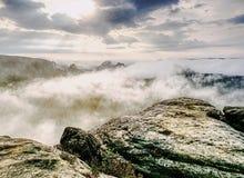 Nascer do sol sonhador fantástico nas montanhas com vista no vale fotos de stock