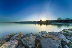 Nascer do sol Sunstar no lago Genebra em Genebra, Suíça Fotos de Stock