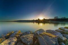 Nascer do sol Sunstar no lago Genebra em Genebra, Suíça Fotos de Stock Royalty Free