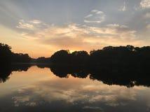 Nascer do sol surpreendente do lago Foto de Stock