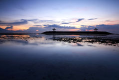 Nascer do sol surpreendente na praia de Sanur, Bali, Indonésia Fotos de Stock Royalty Free