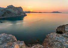 Nascer do sol surpreendente sobre o mar Imagens de Stock