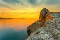 Nascer do sol surpreendente sobre o mar Fotos de Stock