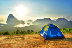 Nascer do sol Tailândia da manhã do céu da montanha de Doi da estada da barraca do acampamento fotografia de stock
