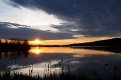 Nascer do sol tormentoso no lago Fotografia de Stock