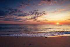 Nascer do sol tropical bonito na praia Imagens de Stock Royalty Free