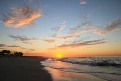 Nascer do sol tropical dramático sobre o Oceano Pacífico e o Sandy Beach fotos de stock