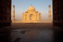 Nascer do sol vazio de Taj Mahal através do Gateway fotografia de stock