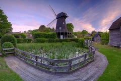 Nascer do sol do verão sobre o moinho de vento de Bursledon, Hampshire, Reino Unido imagens de stock royalty free