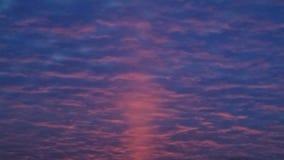 Nascer do sol vermelho através das nuvens azuis Imagens de Stock Royalty Free