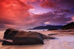 Nascer do sol vermelho do céu na praia Fotografia de Stock Royalty Free