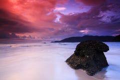 Nascer do sol vermelho do céu na praia do console de Perhentian Fotos de Stock Royalty Free