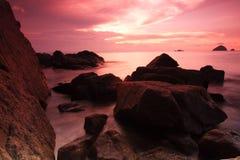 Nascer do sol vermelho do céu na praia do console de Perhentian Foto de Stock