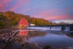 Nascer do sol vermelho do moinho Fotos de Stock Royalty Free